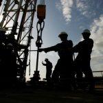 النفط يرتفع بدعم من تخفيض الإنتاج والقلق من عقوبات محتملة ضد إيران