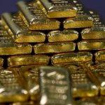 الذهب ينزل مع ارتفاع الدولار بدعم توترات التجارة