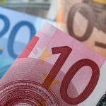 اليورو يرتفع مع انحسار التوتر السياسي في إيطاليا وصعود الأسواق