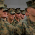 الجيش الأمريكي يعتزم إبعاد قائد عسكري التقط صورة مع جثة معتقل عراقي