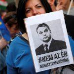 آلاف المتظاهرين يحتجون على إعادة انتخاب رئيس الوزراء في المجر