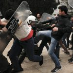 محتجون في أثينا يحاولون إسقاط تمثال أمريكي احتجاجا على ضرب بسوريا