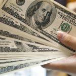 الدولار يتعثر وسط قلق بشأن ارتفاع مراكز البيع لأعلى مستوى في 7 سنوات