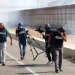 الاحتلال يطلق قنابل الغاز تجاه تجمع للصحفيين شرق قطاع غزة