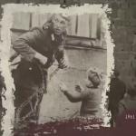 فيديو  جندي ألماني يساعد طفلا صغيرا على عبور جدار برلين
