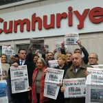 محكمة تركية تقضي بسجن 15 من العاملين بصحيفة جمهوريت
