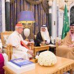 خادم الحرمين يبحث مع رئيس المجلس البابوي نبذ العنف وتحقيق الأمن والاستقرار