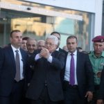 عريقات: الرئيس عباس بخير ويتابع عمله من المستشفى