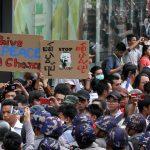 شرطة مكافحة الشغب في ميانمار تفرق احتجاجا مناهضا للحرب
