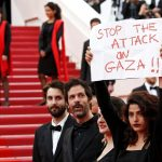الفلسطينيون يقفون دقيقة صمتا في «كان» احتجاجا على العنف في غزة