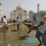 التلوث يغير لون رخام تاج محل في الهند من الأبيض إلى الأصفر والأخضر