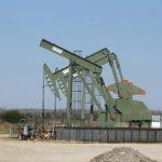 النفط يهبط بفعل تراجع الطلب الصيني وزيادة مستمرة في إنتاج الخام الأمريكي