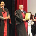 «عين شمس» تهدى درع تكريم كلية الصيدلة لرئيس الجامعة