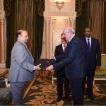 السفير ناصر حمدي يقدم أوراق اعتماده لرئيس الجمهورية اليمنية