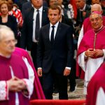 ماكرون وزوجته يلتقيان مع البابا فرنسيس في الفاتيكان