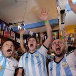 مشجعو البرازيل يقيمون كرنفالا في قلب موسكو
