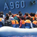 إيطاليا توافق على استقبال مهاجرين وتحتجز سفينة إنقاذ ألمانية