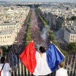 صور| أجواء الاحتفالات في شوارع باريس بعد الفوز بكأس العالم