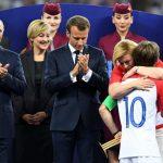 صور| رئيسة كرواتيا تبكي بين أحضان قائد منتخب بلدها بعد خسارته كأس المونديال