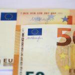 اليورو يهبط لأدنى مستوى في عامين
