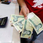 الريال الإيراني يهبط إلى مستوى قياسي منخفض أمام الدولار الأمريكي