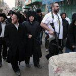 لحظة اعتداء مستوطنين على مركبة فلسطينية جنوب نابلس