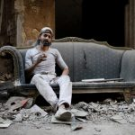 فلسطيني يمارس تربية الحمام في مخيم اليرموك وسط الحرب السورية