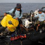 الغواصون يواصلون انتشال حطام الطائرة الإندونيسية