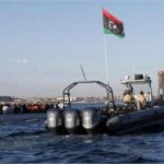 خفر السواحل الليبي يجبر مهاجرين على النزول من سفينة أنقذتهم