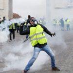احتجاجات باريس.. 122 معتقلا ومطالبات باستقالة ماكرون