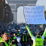 الفرنسيون منقسمون حول استمرار احتجاجات