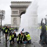 البنك المركزي الفرنسي: الاحتجاجات تعصف باقتصاد البلاد