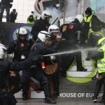 السترات الصفراء.. 10 فيديوهات تلخص مشهد المظاهرات في فرنسا