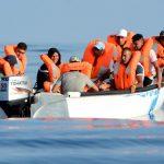 سفينة إنقاذ تبحث عن ميناء لإنزال 124 مهاجرا بعد انتشالهم من البحر المتوسط