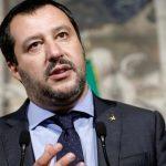 رئيس بلدية نابولي يتحدى وزير الداخلية بالسماح بدخول سفينة مهاجرين