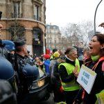 الرئيس الفرنسي يتعهد بخفض الضرائب لتهدئة الاحتجاجات