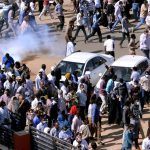 قوات الأمن تواجه المحتجين السودانيين بالغاز المسيل للدموع