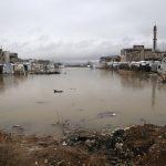 اللاجئون السوريون يتجمدون من البرد في مخيمات تغمرها المياه بلبنان