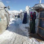 وفاة طفلة سورية وسط عواصف وثلوج تدمر خيام اللاجئين بلبنان