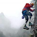صيني مبتور الساقين يترشح لجائزة لوريوس بعد تسلقه قمة تشومولانغما