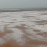 بحيرة صينية تتألق ببلورات ملحية بعد تجمدها