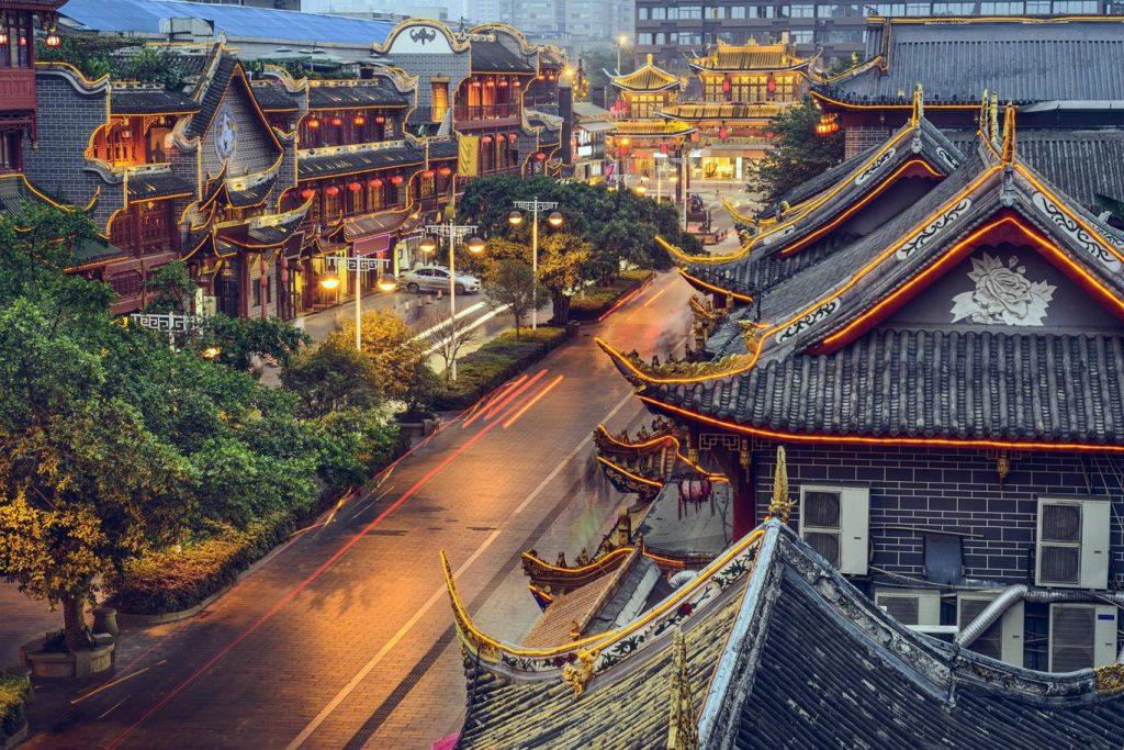 88012ab741be0 تستلقي مدينة تشنغدو في قلب سهل سيتشوان وهي عاصمة المقاطعة التي تحمل اسم  السهل وتقع في غرب الصين، ويعود تاريخها لأكثر من 2500 سنة وهي اليوم من أجمل  المدن ...