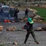 طفل يقف وحيدا في وجه الاحتلال