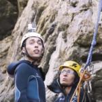 متسلق إيطالي يواجه شلالات المياه بالحبال