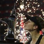 السويسرية بليندا تتوج بلقب بطولة دبي المفتوحة للتنس على حساب التشيكية كفيتوفا