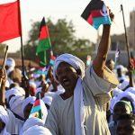 قبل ساعات من سريان حظر التجوال في السودان.. هل يصطدم الجيش بالمعتصمين؟