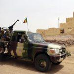 مسلحون يهاجمون قاعدة عسكرية في مالي ويقتلون 16 جنديا على الأقل