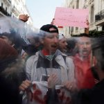الجزائريون يواصلون احتجاجاتهم لمطالبة بوتفليقة بالتنحي