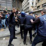 مراسلنا: اعتقال 75 متظاهرا بالجزائر لتورطهم في أعمال شغب