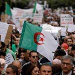 الجزائريون يحتفلون بتخلي بوتفليقة عن الولاية خامسة